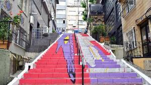 Sokak sanatçıları merdivenleri renklendiriyor