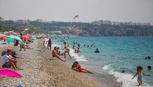 Konyaaltı Sahilinde sosyal mesafe unutuldu
