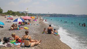 Konyaaltı Sahilinde sosyal mesafe kalmadı