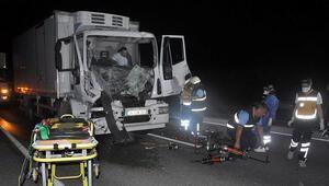 Kazada yaralanan kamyon sürücüsü sıkıştığı yerden güçlükle kurtarıldı