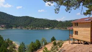 Gölet, orman ve bungalov evleri eşsiz bir manzara sunuyor
