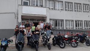 Motosiklet grubu, ilkokulun sınıflarını boyadı