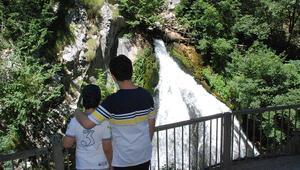 Küre Dağları Milli Parkında kanyon içindeki şelaleye yoğun ilgi