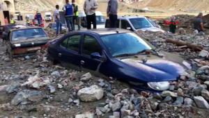 Son dakika haber... Yusufeli barajı şantiyesini sel vurdu, araçlar çamura saplandı