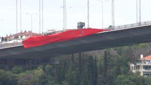 15 Temmuz Şehitler Köprüsüne dev Türk bayrakları asıldı