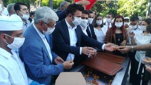 Ayasofya'nın ibadete açılması nedeniyle Hatay'da vatandaşa lokma tatlısı dağıtıldı
