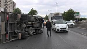 Bayrampaşa'da zincirleme kazada kamyonet devrildi