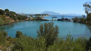 Denize 50 metre mesafedeki göl, tatilcilerin ilgi odağı