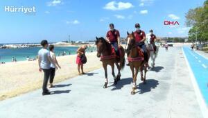 Yeşilköy sahilinde atlı polislerle maske ve mesafe denetimi