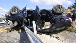 TEM otoyolunda feci kaza Otomobil bariyere saplandı