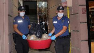Polis, evde ele geçirilen 15 kilo bonzaiyi leğenle taşıdı