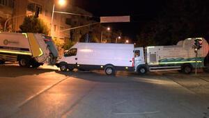 Bakırköyde pazar yerinin girişleri çöp kamyonlarıyla kapatıldı