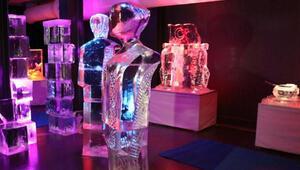 Buz müzesi yaz ayında ziyaretçilerine iki mevsimi birden yaşatıyor