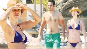 Demet Şener ile Cenk Küpeli sahilde el ele
