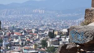 İzmirde tarihe saygısızlık: Kadifekalenin surları yazı tahtasına döndü