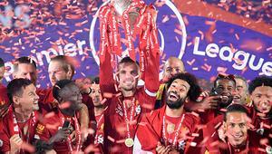 Liverpool 30 yıl sonra şampiyonluk kupasını kaldırdı