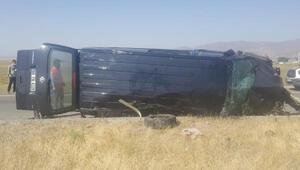 Ağrıda minibüs devrildi; 3 çocuk öldü, 6 kişi yaralı
