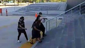 Pazarda yankesicilik yapan 2 kadın suçüstü yakalandı