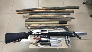 Duruşma öncesi silah, bıçak ve sopalarla yakalandılar