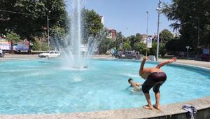 Çocukların süs havuzunda tehlikeli eğlencesi