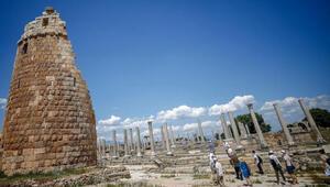 Pergede 1700 yıllık kadın heykeli bulundu