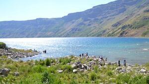 Yeryüzü cenneti Nemrut Krater Gölü ziyaretçilerden ilgi görüyor