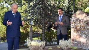 Bahçeli, Türkeşin mezarını ziyaret etti