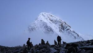 Everest dağcılara yeniden açılıyor