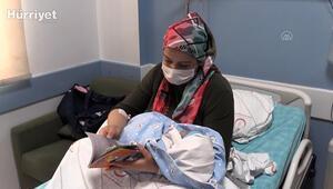 Doğum yaptırdığı annelere kitap hediye ediyor