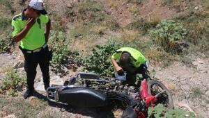 Dere kenarına atılan motosiklet polisi harekete geçirdi