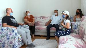 Koronavirüs gölgesinde maskeli ve sosyal mesafeli ev bayramlaşması