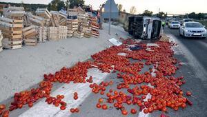Kamyonet devrildi, domatesler yola saçıldı