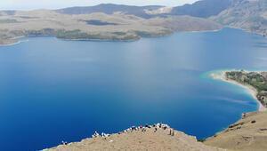 Türkiyenin en büyük krater gölünde zirve yürüyüşü