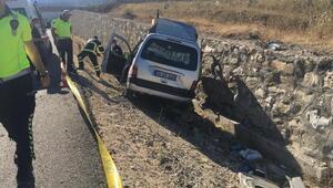 İstinat duvarına çarptı...Sürücü yaralandı, eşi öldü