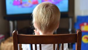 Televizyonun sesini fazla açıyor ve yakında seyrediyorsa dikkat