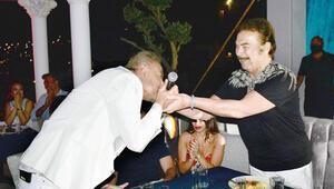 Cenk Eren, Orhan Baba'nın elini öptü