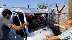 Freni boşalan minibüs elektrik direğine çarptı: 2 yaralı