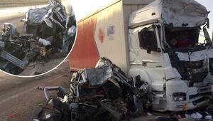 Sivasta feci kaza Kargo kamyonu ile çarpıştı: 3 ölü 1 yaralı