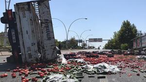 Ankarada sebze yüklü kamyonet devrildi