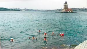 Boğaz'ı yüzerek geçip işlerine gidiyorlar