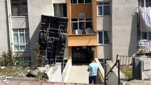 Kamyonet apartmanın önündeki boşluğa düşüp dik durdu