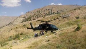 Dağda yaralanıp mahsur kalan baba ile oğlu askeri helikopterle kurtarıldı
