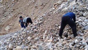 Mersinde heyelanda mahsur kalan 11 kişi kurtarıldı
