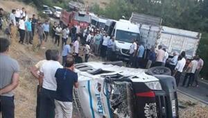 Adıyamanda minibüsle kamyonet çarpıştı: 12 yaralı