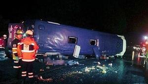 Meksikada yolcu otobüsü devrildi, çok sayıda ölü ve yaralı var