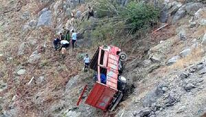 Mersinde uçuruma yuvanlanan kamyon sürücüsü ve eşi yaralandı