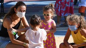 Kızlarıyla parkta