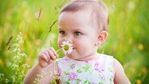 Bebeklere parlak renkli ve çiçekli kıyafetler giydirmeyin