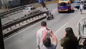 Taksimde telefonunu konuşurken kulağından çaldılar