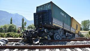 Lastiği patlayan TIR demir yoluna girdi